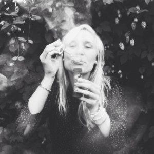 Isabell blåser såpbubblor.