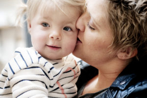 Malin pussar Agnes på kinden.