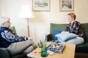 Malin Carlsson och hennes kurator sitter i en soffa.