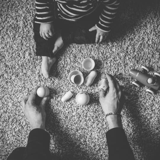 Bild på någon som leker med ett barn